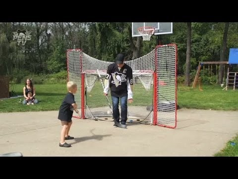 Penguins' Crosby plays driveway hockey
