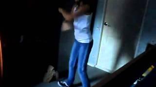 девчонка прикольно танцует тектоник.wmv(Любительское видео., 2010-11-01T15:08:43.000Z)