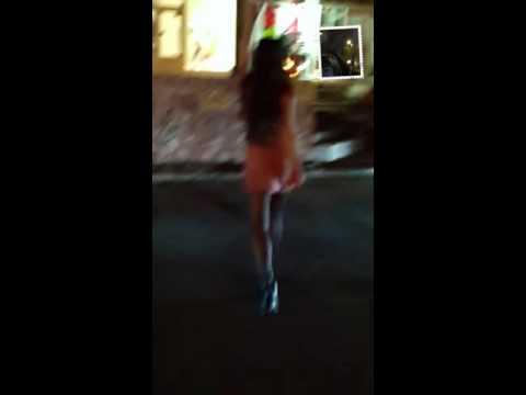 Девушка разделась на спор на улице. Ютуб видео