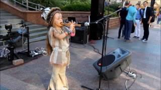 Индеец в г Гродно РБ играет на флейте Ева Венская 6 лет Биг мини фестиваль VI г Гродно