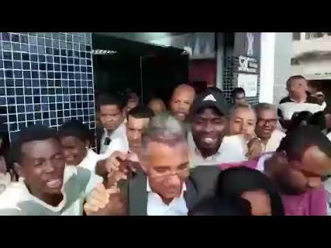 Sentimento de gratidão faz prefeito Dinha sair aos braços do povo após a inauguração do SAC em Simõe