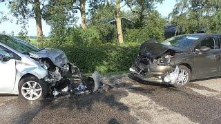 03-07-2015 Personenauto's beschadigd na frontale aanrijding Hesseweg Augsbuurt