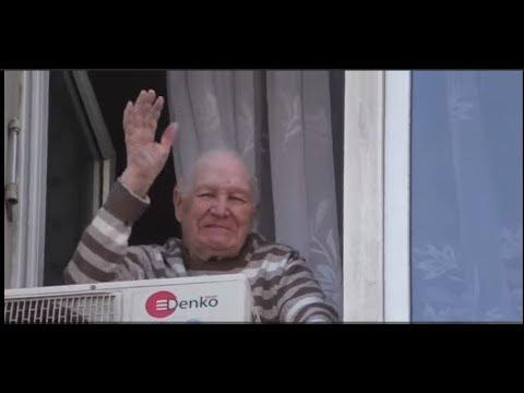 Дедушка в окне. Бессмертный полк. Тверская ул. Москва.