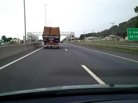 Voando pesado, caminhão a 140 km/h na BR 101/SC