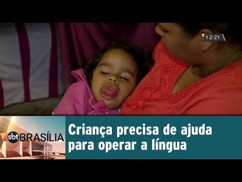 Criança precisa de ajuda para operar a língua