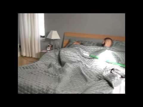 Fremder Kopf im Bett der Freundin  LACHER