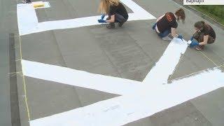 На месте пропажи детей волонтеры «Лиза Алерт» написали их имена большими буквами