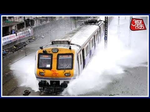 100 Shahar 100 Khabar: In Mumbai, Speeding Train Splashes Water On Waiting Commuters