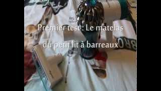 Dyson V6 Mattress - Aspiration sur le matelas du petit lit à barreaux