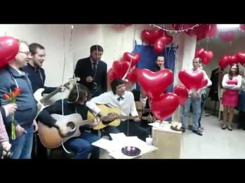 Гендиректор E96.ru Борис Лепинских поздравил сотрудниц песней под гитару