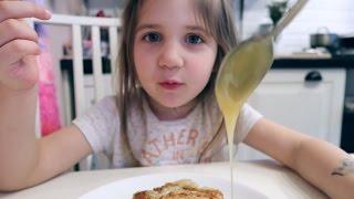 видео Завтрак для ребенка 2-3 года. Блюда, которые можно готовить ребенку в возрасте 2-3 лет: каши, омлет, сырники — рецепты