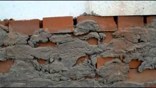 Рабочие снимают облицовочный кирпич с торцевых стен бракованных домов в Бердске(, 2014-07-10T05:42:48.000Z)