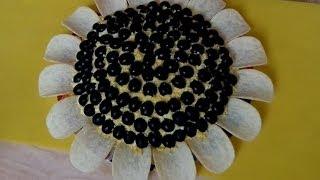 Салат 'Подсолнух' с грибами, курицей и чипсами