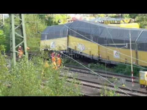 Güterzug entgleist auf Bahnbrücke...
