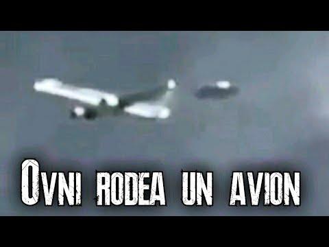 Extraordinaria grabacion de un Ovni que rodea un avion comercial