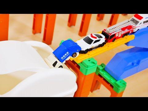 トミカ はたらく車たちが坂道を走って白い箱に飛び込む! Working Cars Drive Down the Slope and Jump into a White BOX
