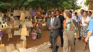 S.M. la Reina Sofía visita el mercado de Maputo (Mozambique)