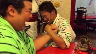 阿武松部屋 千秋楽パーティー 打ち上けにて 腕相撲をしたのだが フィニ...
