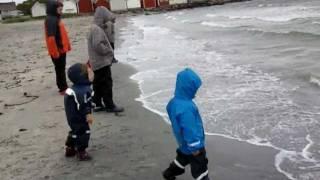 Slaskeman firmy Didriksons - przeciwdeszczowy zestaw dla dzieci. Test w Norwegii(Niebieska kurtka i granatowe spodnie - chłopiec na pierwszym planie w zestawie przeciwdeszczowym Slaskeman Kids Set firmy Didriksons., 2014-01-11T11:33:38.000Z)