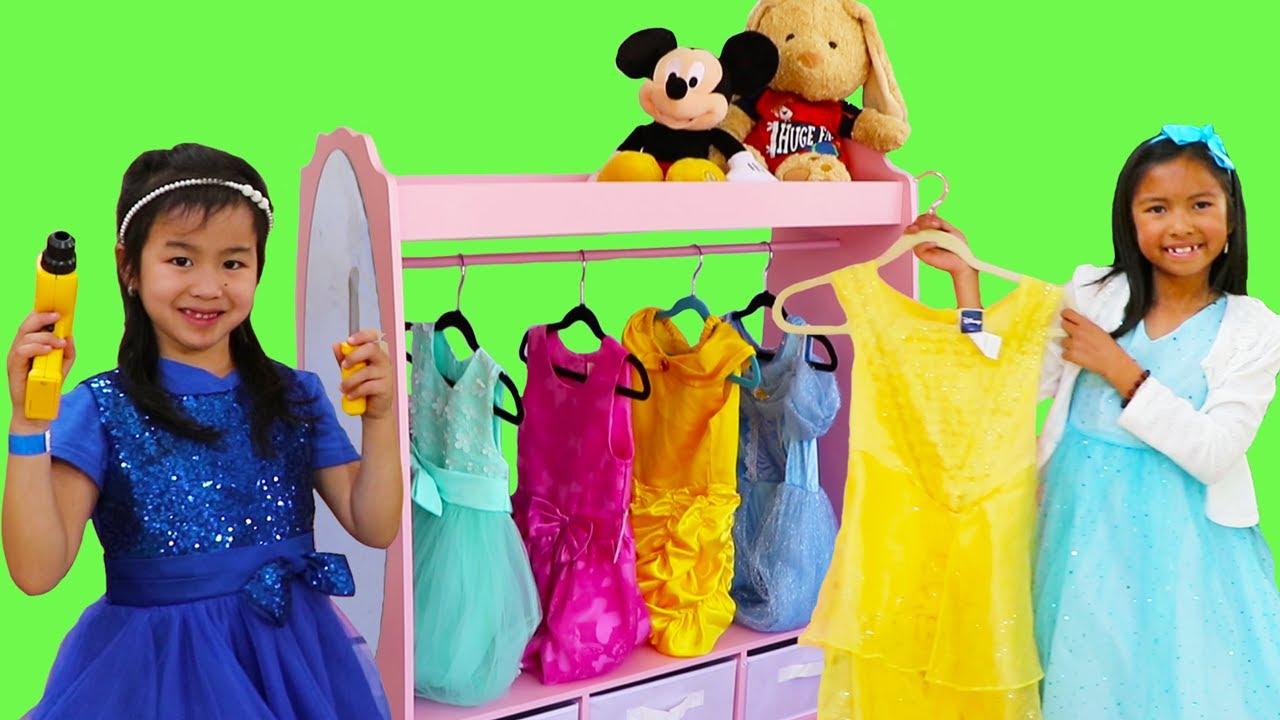 Wendy & Jannie fingen jugar juguetes de maquillaje y vestidos con princesas