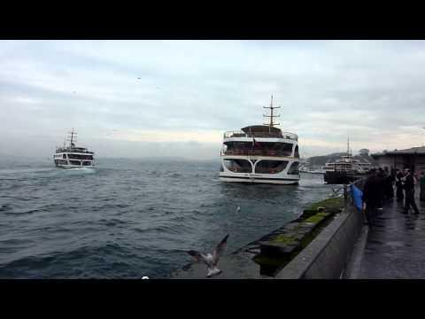 Istanbul (4).   Schiffe in der Nähe der Anlegestelle in Eminönü