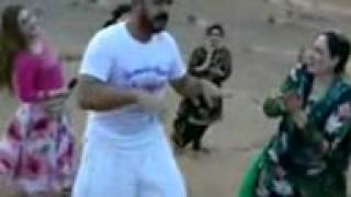 عروج مومند او نیلو او دعروج مومند مور مشهور سندرغاری دانس 2012 دوبی ‏urooj mohamand and nelo famous singar peshawar and urooj mohamand mather were danced with the local people in USD  desrt