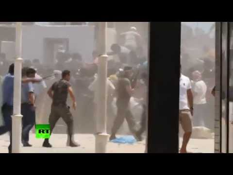 فرار المصريين العاملين في ليبيا الى الحدود التونسية و إقتحامها
