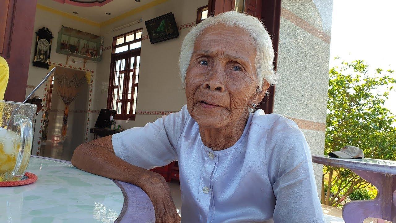 Bà cụ 97 tuổi hái rau dại kiếm 5 ngàn mua gạo không ngờ mình được tặng 20 triệu