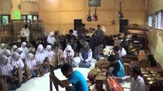 Mojang Priangan - SeniMAN Surade (Etnis Kolaborasi Musik Modern Dan Tradisional)