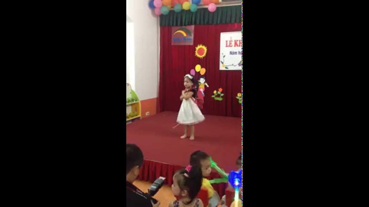 Bé Diệu Linh với tiết mục múa – Ngày đầu tiên đi học.