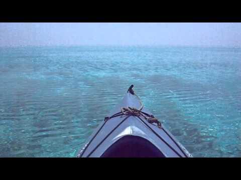 海しか見えない海域をカヌーで進む