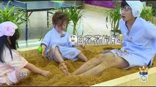 [北鼻精选]易烊千玺玩心大起,带Jackson、小葱花坐在沙子里降温,嗯,降温