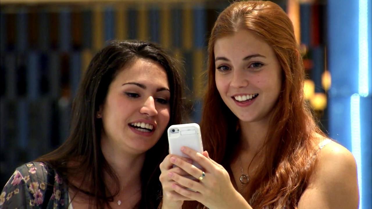 Chicas bonitas hacen creer a hombres que quieren una foto con ellos