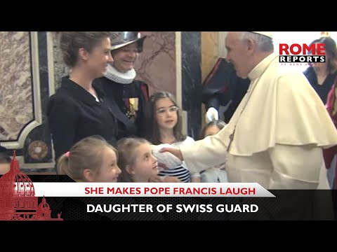 "Daughter of Swiss Guard makes Pope Francis laugh by trying to hide her ""bad drawing"""