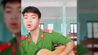 Anh Công An Đánh Guitar Cover - EM GÁI MƯA cực hay