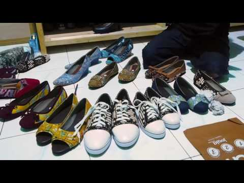 Bule meets Indonesia Episode 3 : Visit The Best Handmade batik Shoes in Indonesia
