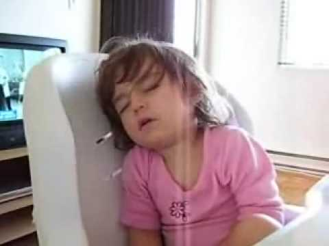 My Little Girl Sleeping In Her Chair Just Fell Asleep So Funny French