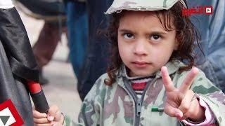 أب يحتفل مع بناته بملابس الجيش في التحرير (اتفرج)