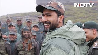 """Download lagu """"Team, How's The Josh?"""" Vicky Kaushal's Volleyball Match With Soldiers"""