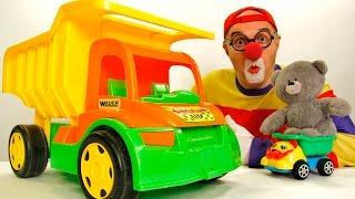 Видео для детей. Клоун Дима тоже хочет кататься! Игры с машинками(Клоун Дима всегда любил играть с машинками. И сегодня он решил сам прокатиться на одной из них. Но что такое?..., 2015-11-27T11:18:27.000Z)