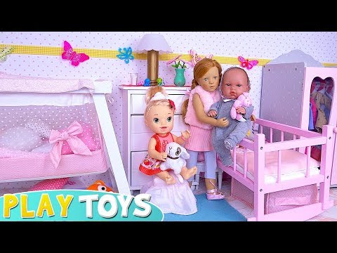 baby-dolls-funny-pillow-fight-in-doll-pink-bedroom!