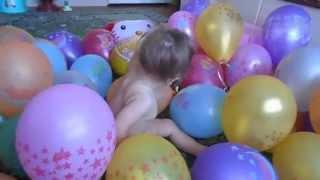 Шарики на День Рождения(Шарики на День Рождения. Много воздушных шариков. Детская радость. Самые интересные семейные видео, про..., 2015-08-19T10:14:38.000Z)
