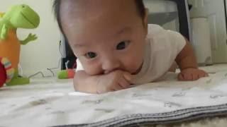 生後1ヶ月半 赤ちゃん うつ伏せからの寝返り返り thumbnail