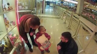 Подарил мягкую игрушку маленькой девочке) Pauklive