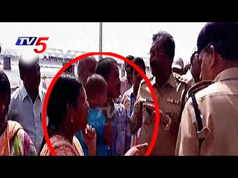 Constable Rough Behavior With Woman Devotee   Seethanagaram Ghat   Telugu News   TV5 News
