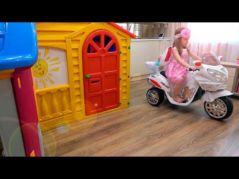 Ева играет в игровом доме с куклой. Вредный сосед