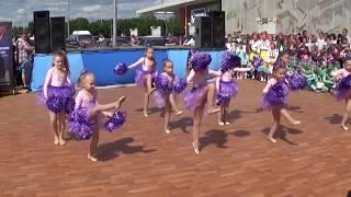 Детский танец с помпонами