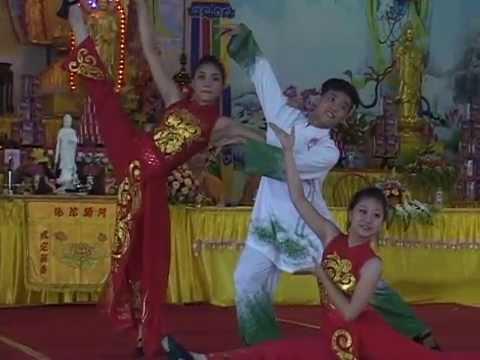 Múa:  Duyên dáng Việt Nam - Tiết mục đặc sắc do CLB Hương sen - biểu diên  tại chùa Khai Nguyên