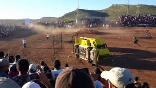 The SUV brought down the audience on a show car in Mexico. Внедорожник сбил зрителей в Мексике(, 2014-10-16T16:59:46.000Z)
