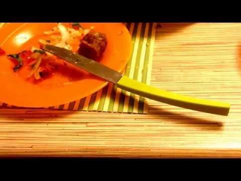 Нож на тарелке